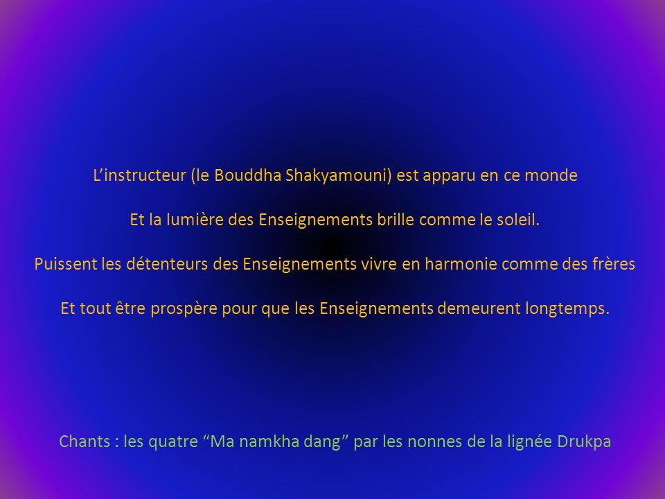 L'instructeur (le Bouddha Shakyamouni) est apparu en ce monde Et la lumière des Enseignements brille comme le soleil. Puissent les détenteurs des Ense