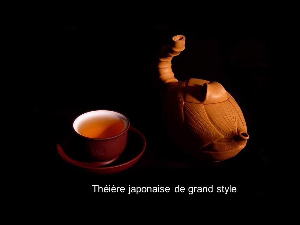 Contrairement à ce qu'on pourrait croire, les Anglais découvrirent le thé avec quelques décennies de retard sur l'Europe continentale. En effet, il fa