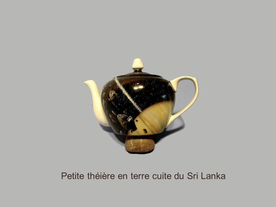 Afin de payer le thé sans verser un seul lingot d'or de Sa Majesté, les Anglais produisirent, dans leur colonie indienne, de l'opium qu'ils imposèrent