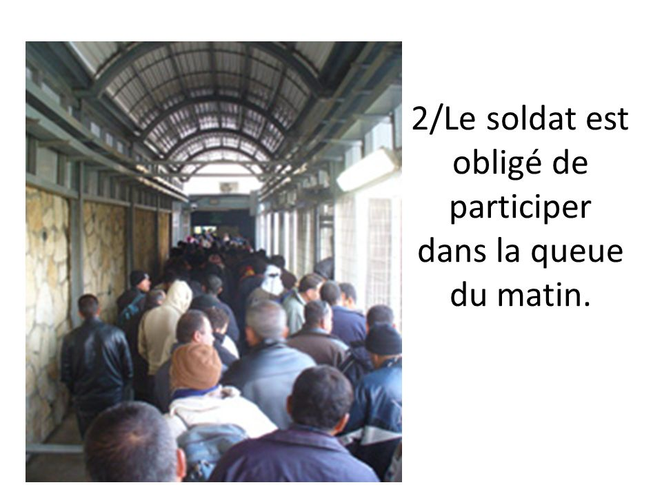 2/Le soldat est obligé de participer dans la queue du matin.