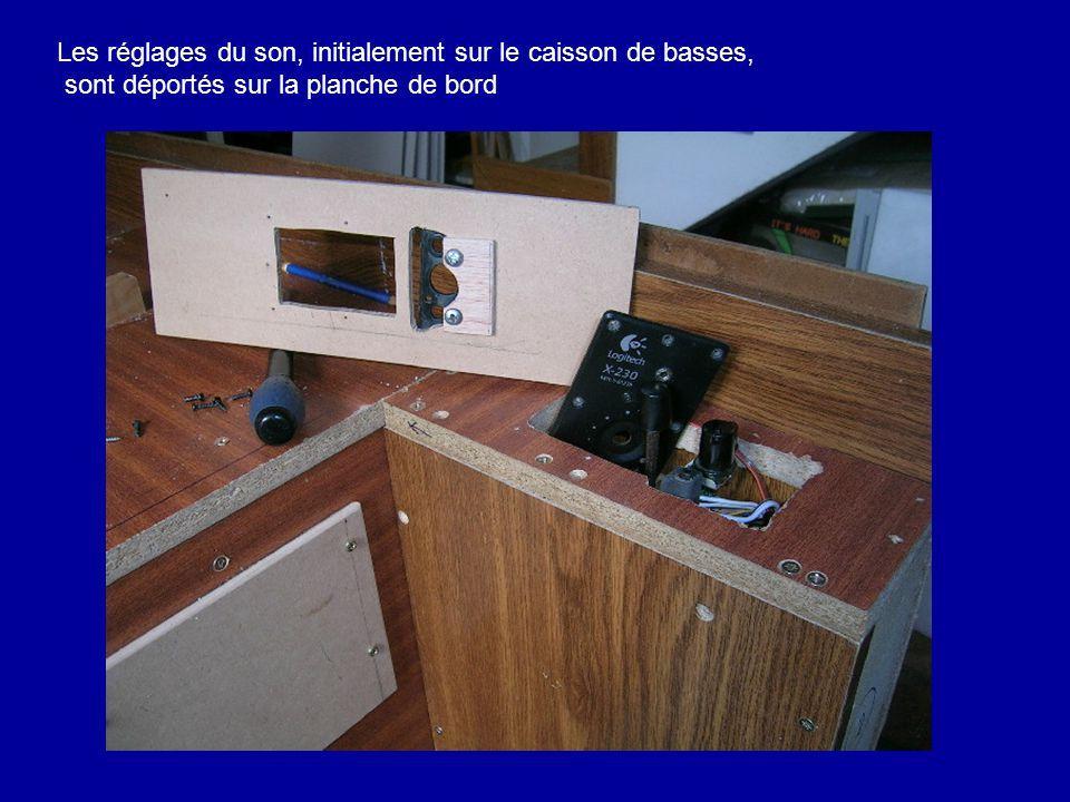 Les réglages du son, initialement sur le caisson de basses, sont déportés sur la planche de bord