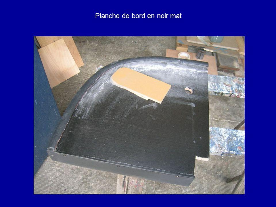 Planche de bord en noir mat