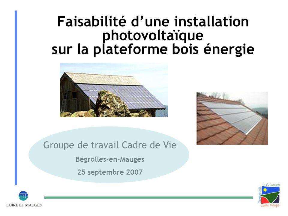 Equiper la plateforme bois énergie d'une toiture photovoltaïque  Une plateforme offrant des conditions optimales à la pose de cellules photovoltaïques : - Une monopente de 20° - Une superficie de 800m² orientée Sud – Sud Est  Une collectivité sensibilisée et engagée dans la promotion des énergies renouvelables avec le projet de plateforme bois  Une opportunité de valoriser une toiture par la production d'énergie en lieu et place d'une simple toiture en fibro ciment : - Les cellules photovoltaïques assurent l'imperméabilité de l'édifice et produisent de l'énergie