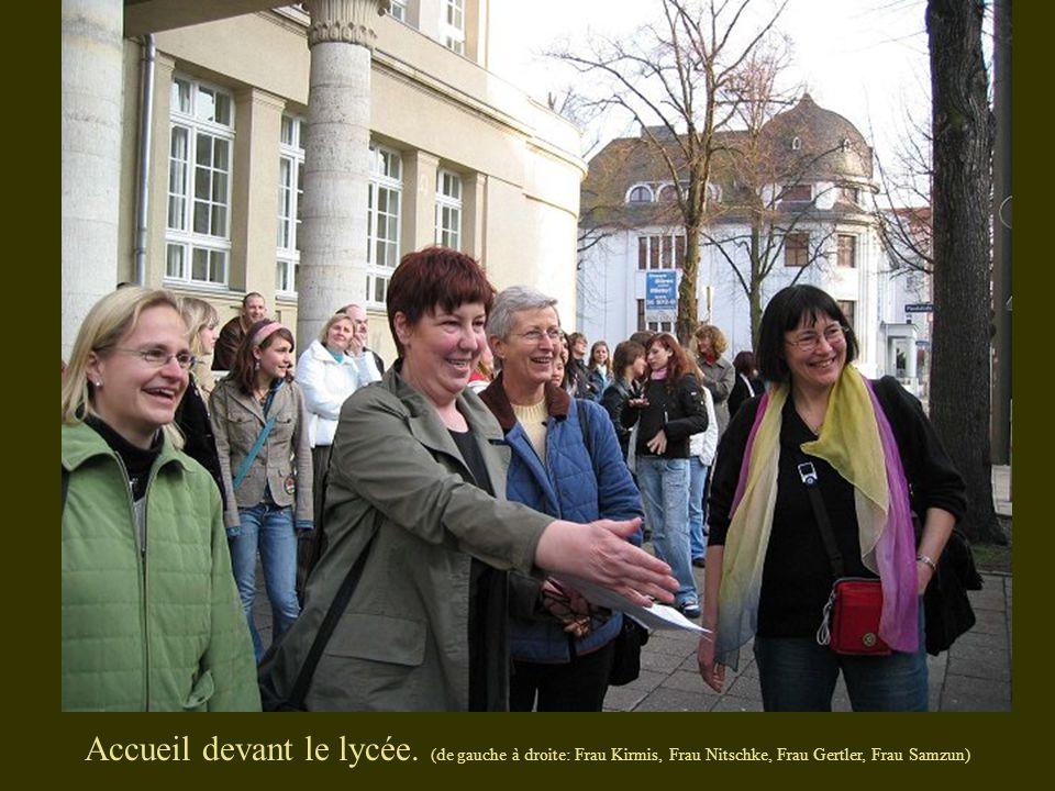 Accueil devant le lycée. (de gauche à droite: Frau Kirmis, Frau Nitschke, Frau Gertler, Frau Samzun)