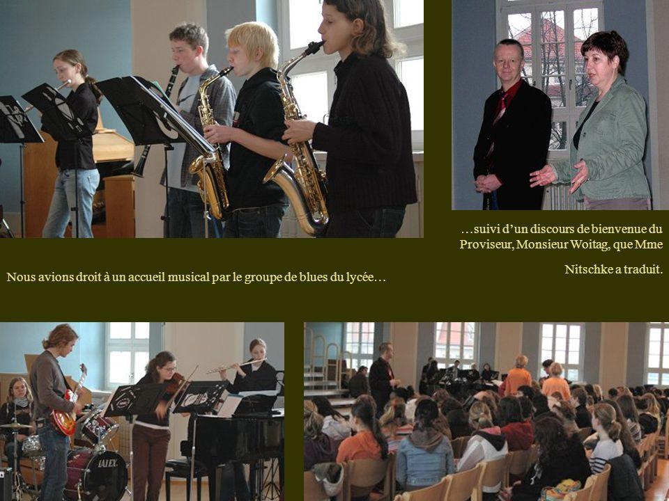 Nous avions droit à un accueil musical par le groupe de blues du lycée… …suivi d'un discours de bienvenue du Proviseur, Monsieur Woitag, que Mme Nitschke a traduit.