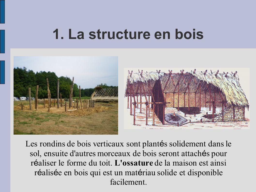 1. La structure en bois Les rondins de bois verticaux sont plant é s solidement dans le sol, ensuite d'autres morceaux de bois seront attach é s pour