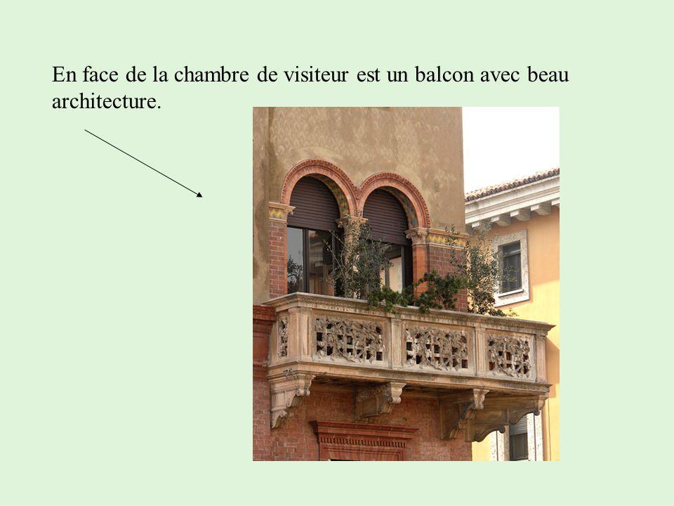 En face de la chambre de visiteur est un balcon avec beau architecture.