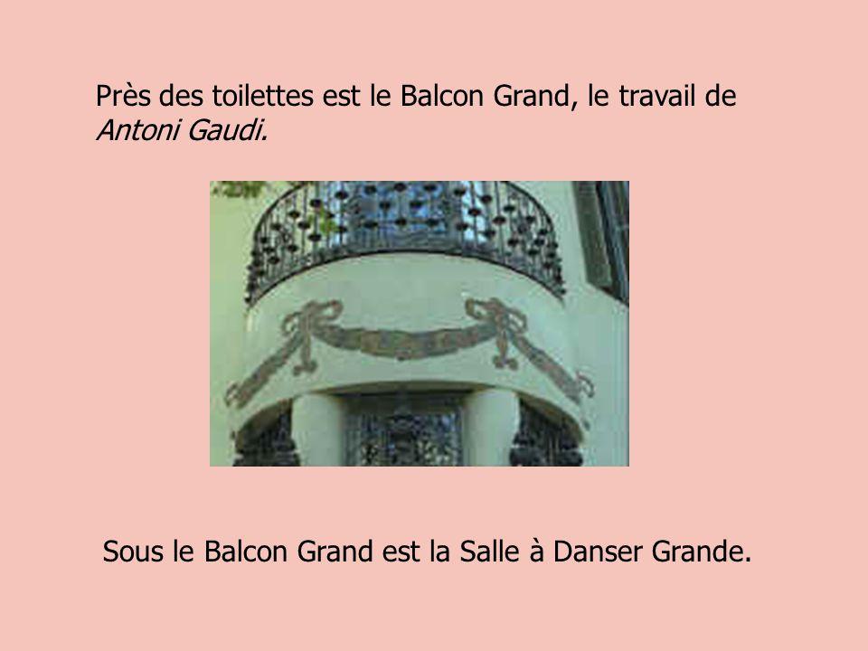 Près des toilettes est le Balcon Grand, le travail de Antoni Gaudi.