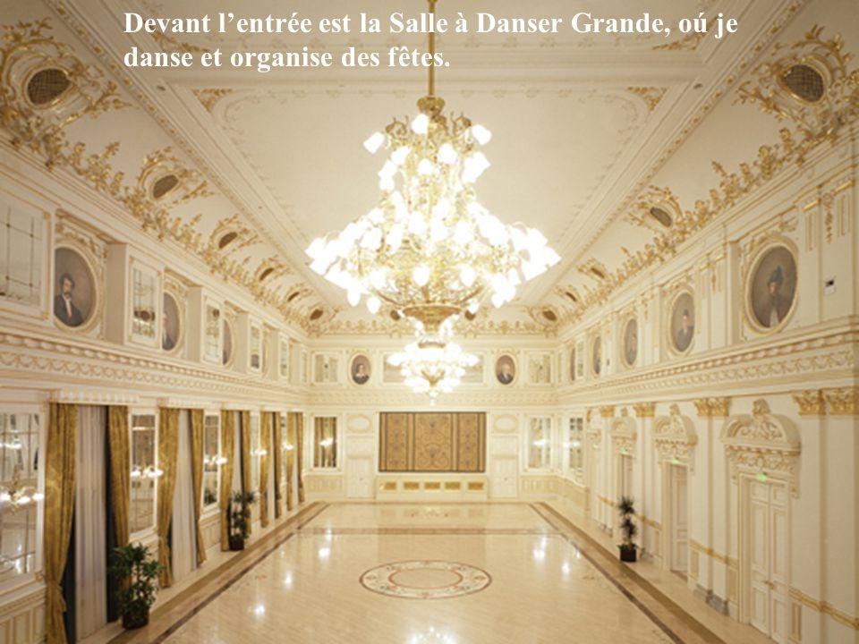 Devant l'entrée est la Salle à Danser Grande, oú je danse et organise des fêtes.