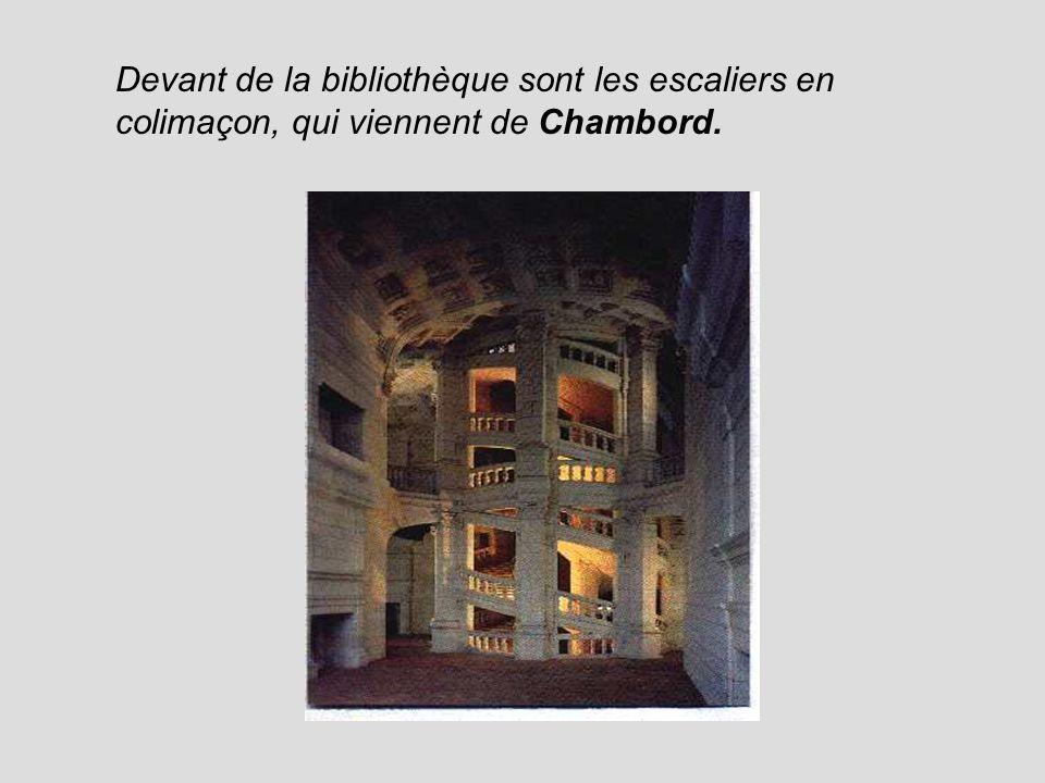 Devant de la bibliothèque sont les escaliers en colimaçon, qui viennent de Chambord.