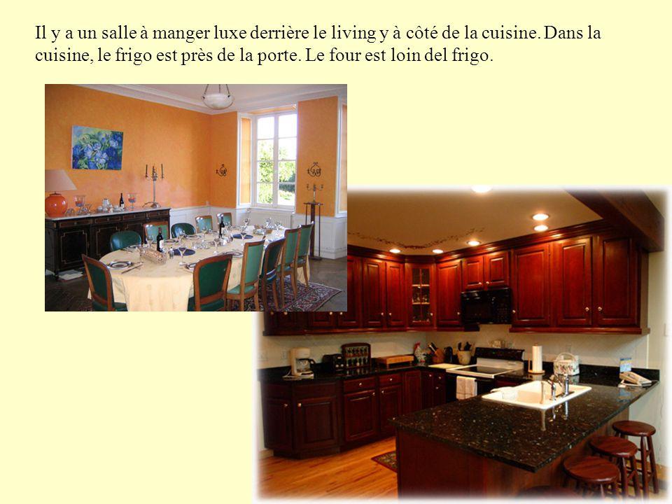 Il y a un salle à manger luxe derrière le living y à côté de la cuisine.