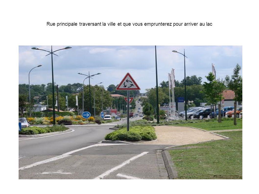 Rue principale traversant la ville et que vous emprunterez pour arriver au lac