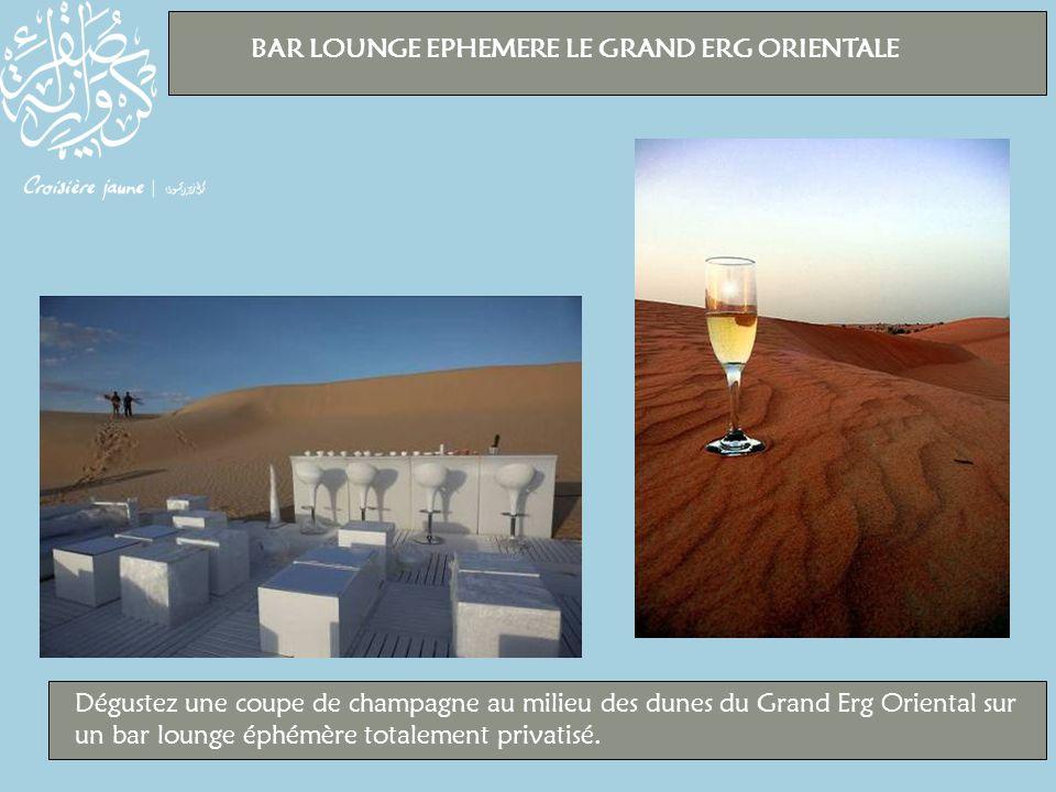 BAR LOUNGE EPHEMERE LE GRAND ERG ORIENTALE Dégustez une coupe de champagne au milieu des dunes du Grand Erg Oriental sur un bar lounge éphémère totalement privatisé.