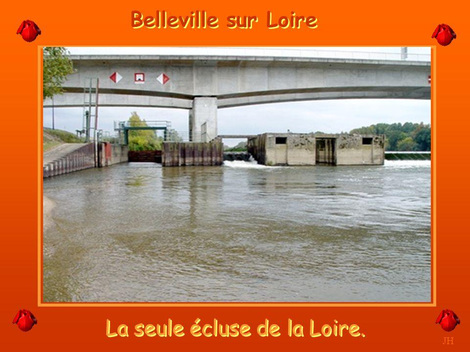La Centrale visible de loin. JH Belleville sur Loire