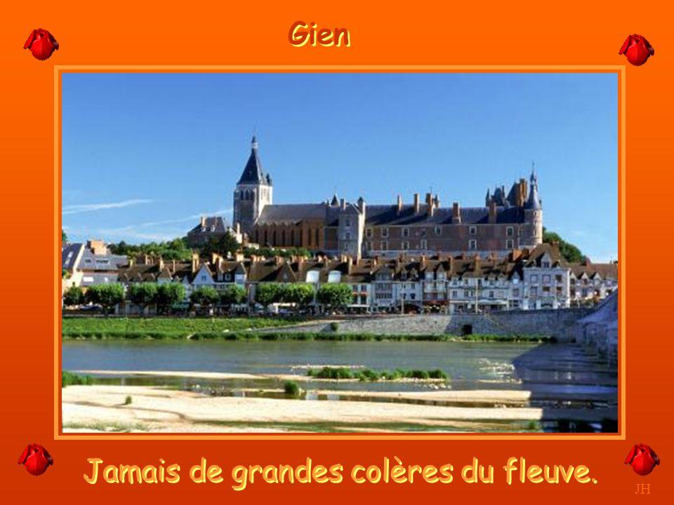 La Loire passe sous le pont canal. JH Le Pont Canal de Briard