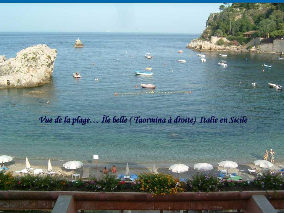 Vue de la plage… Île belle ( Taormina à droite) Italie en Sicile