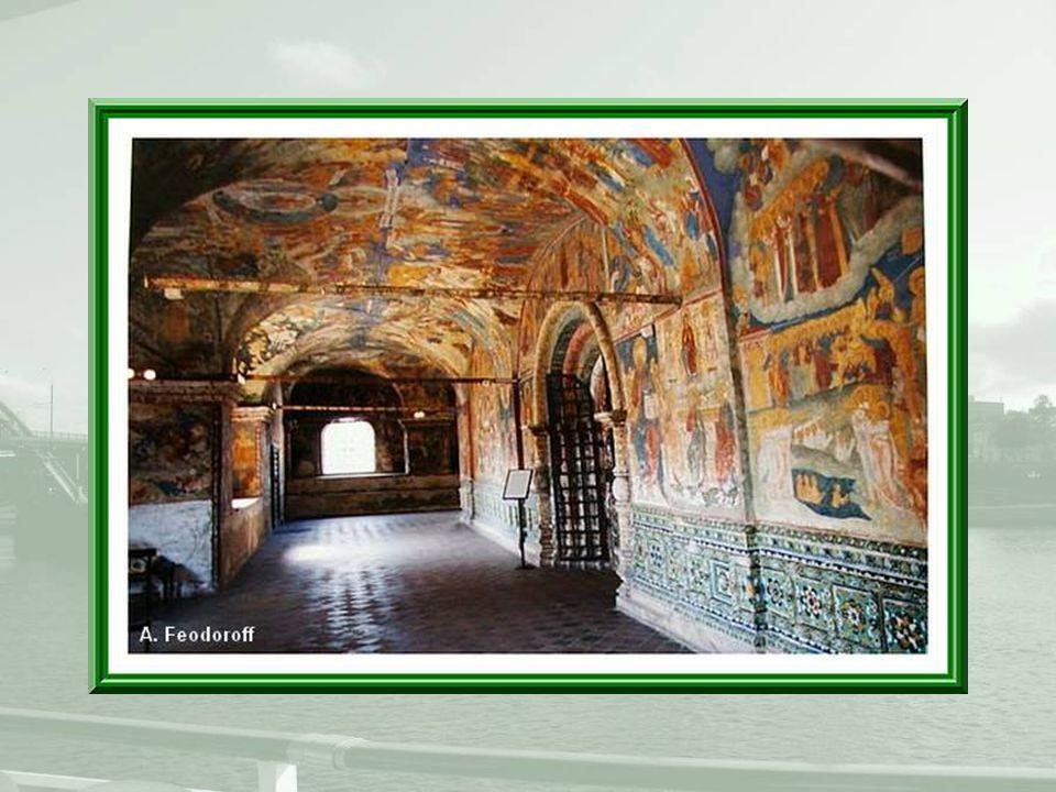 Les fresques qui ornent l'église sont les œuvres d'isographes de Kostroma.