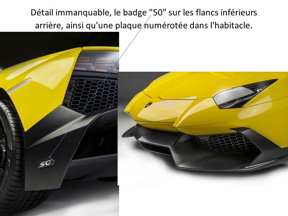 Détail immanquable, le badge 50 sur les flancs inférieurs arrière, ainsi qu une plaque numérotée dans l habitacle.