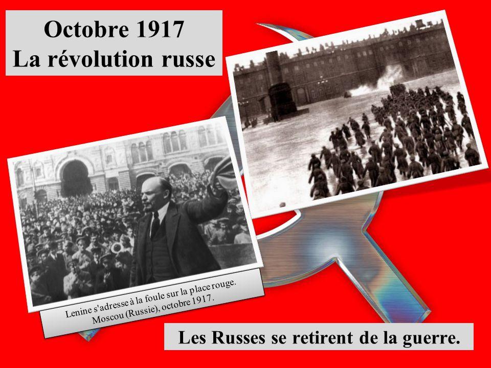 Octobre 1917 La révolution russe Les Russes se retirent de la guerre. Lenine s'adresse à la foule sur la place rouge. Moscou (Russie), octobre 1917. L