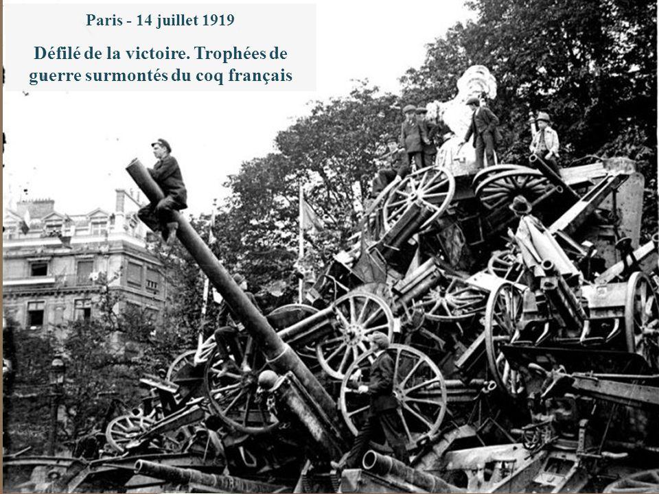 Le 28 juin 1919 : le traité de Versailles. L'Alsace et la Lorraine reviennent à la France Paris - 14 juillet 1919 Défilé de la victoire. Trophées de g