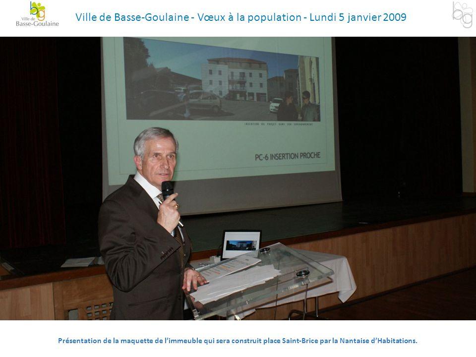 Présentation de la maquette de l'immeuble qui sera construit place Saint-Brice par la Nantaise d'Habitations. Ville de Basse-Goulaine - Vœux à la popu