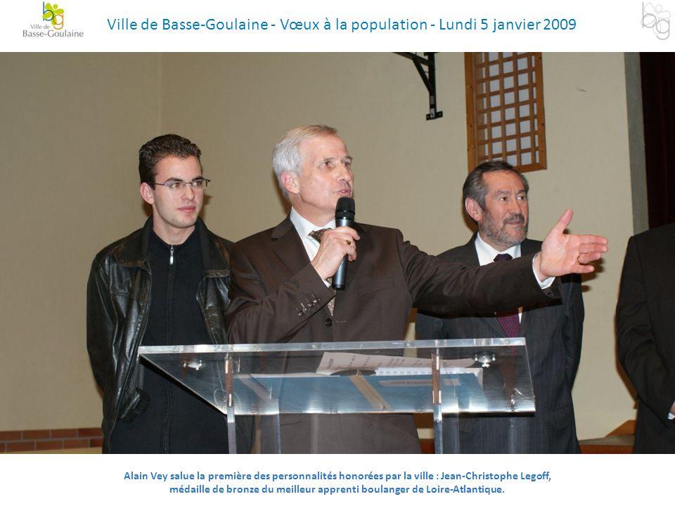 Alain Vey salue la première des personnalités honorées par la ville : Jean-Christophe Legoff, médaille de bronze du meilleur apprenti boulanger de Loi