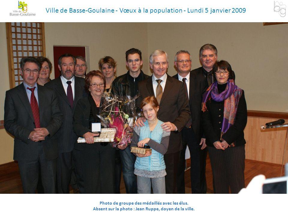 Photo de groupe des médaillés avec les élus. Absent sur la photo : Jean Ruppe, doyen de la ville. Ville de Basse-Goulaine - Vœux à la population - Lun