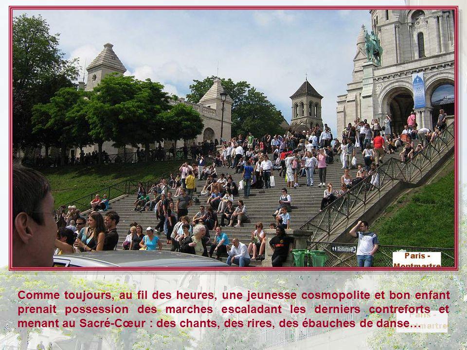 Ah ? Un escalier un peu moins ombragé, peut-être…Mais cela ne rebute pas les touristes. La Butte Montmartre se mérite !!! Les pelouses sont encore int