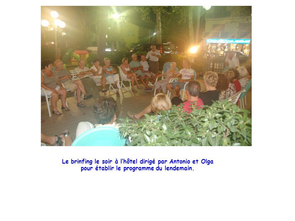 Le brinfing le soir à l'hôtel dirigé par Antonio et Olga pour établir le programme du lendemain.