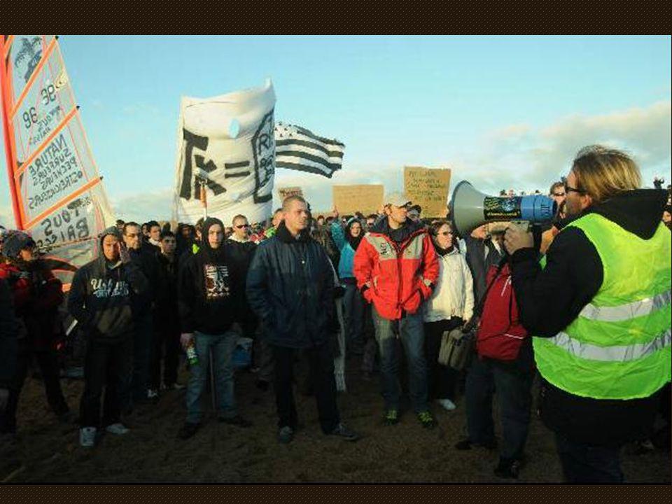 Des manifestants présents dès ce samedi 17 Décembre 2011 Joyeux Noël les arma-tueurs .