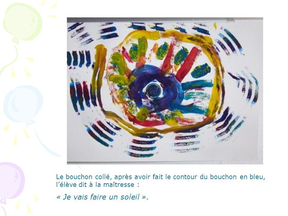 Le bouchon collé, après avoir fait le contour du bouchon en bleu, l'élève dit à la maîtresse : « Je vais faire un soleil ».