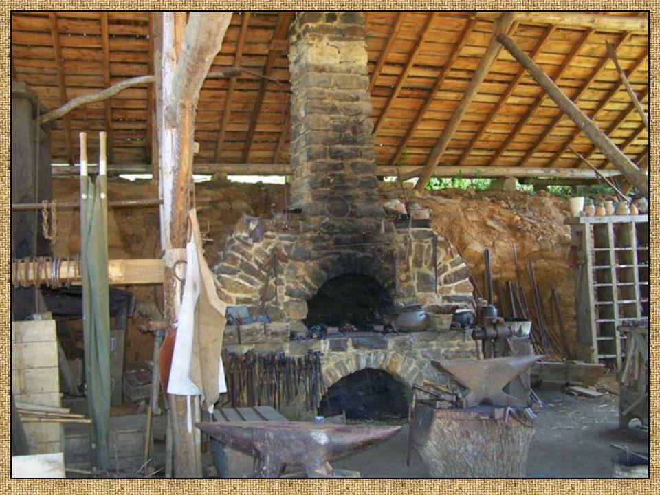 Le forgeron A un rôle indispensable sur le chantier car il réalise et répare les outils ainsi que les pièces métalliques du château avec les gonds, pe
