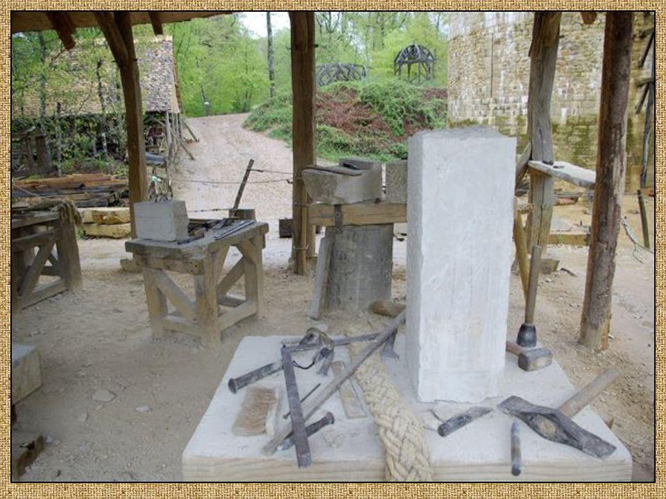 Les tailleurs de pierres. travaillent le calcaire pour des ouvrages d'art tels que fenêtres portes et nervures de voûte.