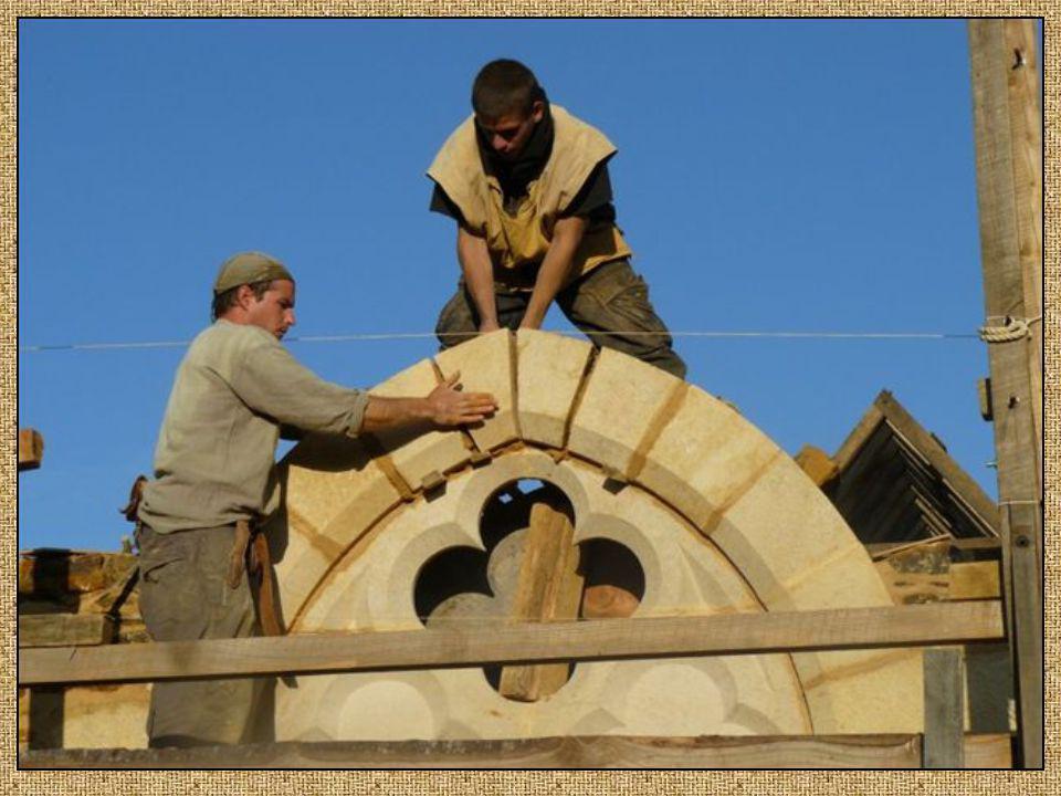 Les maçons, bâtissent et assemblent les pierres taillées ainsi que les murs. Ce sont eux qui ont le plus à faire sur le chantier