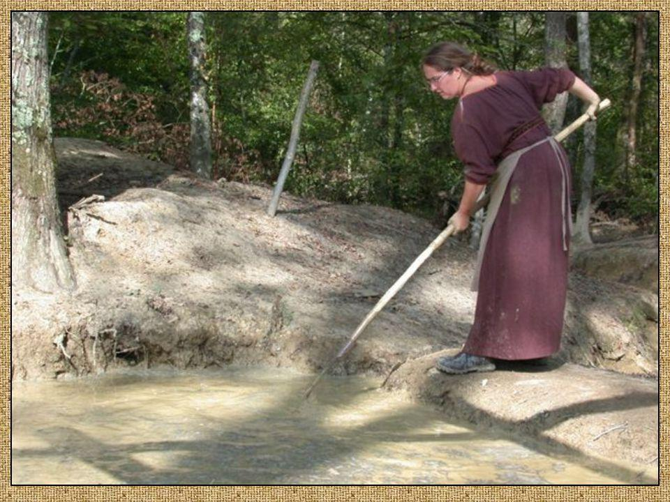 Les tuiliers, fabriquent à partir de la terre glaise de Guédelon les terre glaise de Guédelon les tuiles et les carreaux de tuiles et les carreaux de