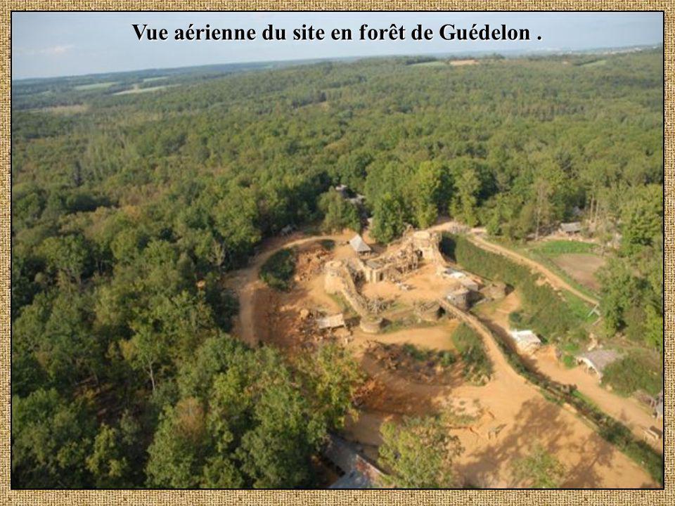 Vue aérienne du site en forêt de Guédelon.