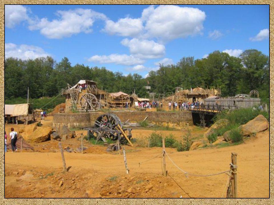 Les tuiliers, fabriquent à partir de la terre glaise de Guédelon les terre glaise de Guédelon les tuiles et les carreaux de tuiles et les carreaux de pavement pour le château.