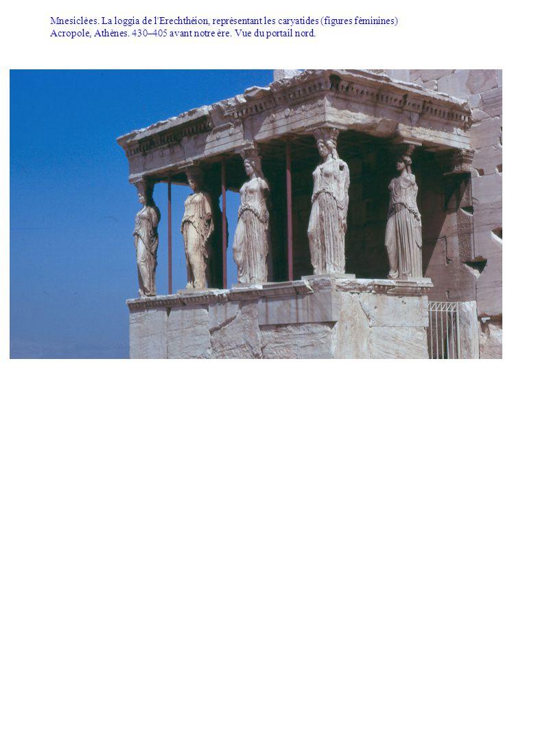 Mnesiclèes. La loggia de l'Erechthéion, représentant les caryatides (figures féminines) Acropole, Athènes. 430–405 avant notre ère. Vue du portail nor