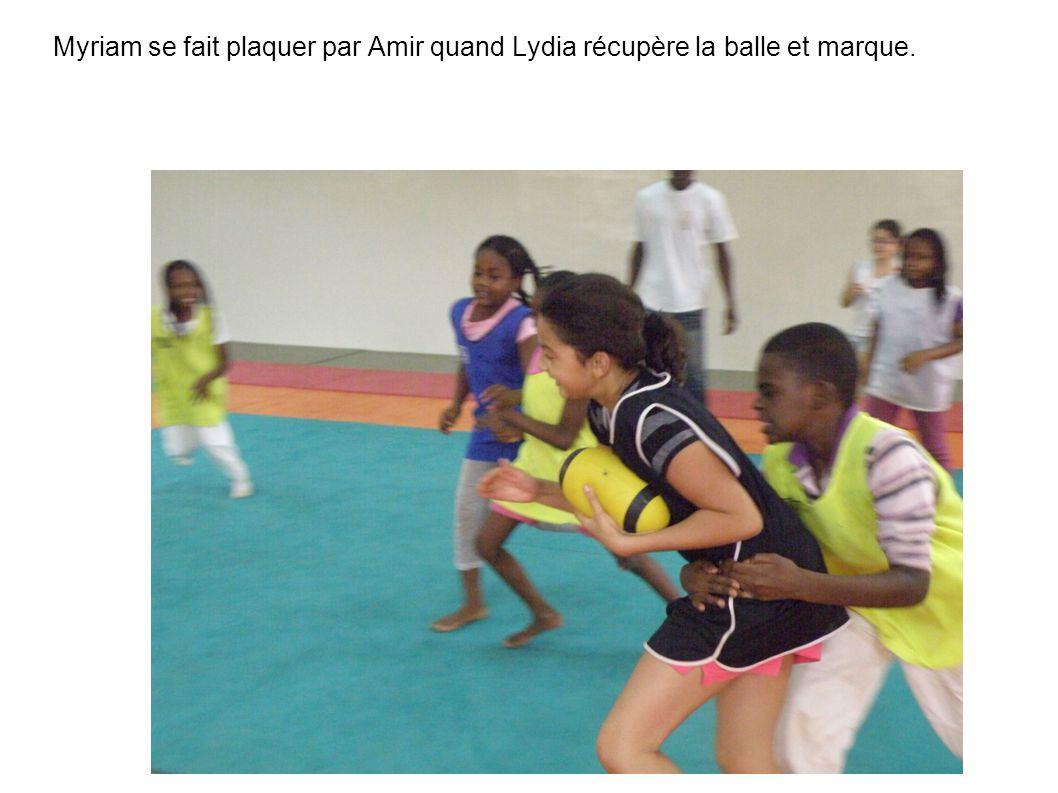 Myriam se fait plaquer par Amir quand Lydia récupère la balle et marque.