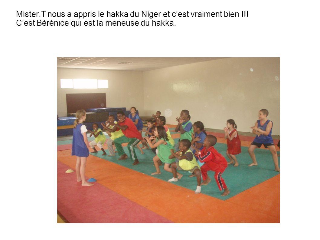 Mister.T nous a appris le hakka du Niger et c'est vraiment bien !!! C'est Bérénice qui est la meneuse du hakka.