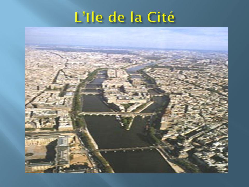 La Tour Eiffel, symbole de Paris a 320 mètres de haut.