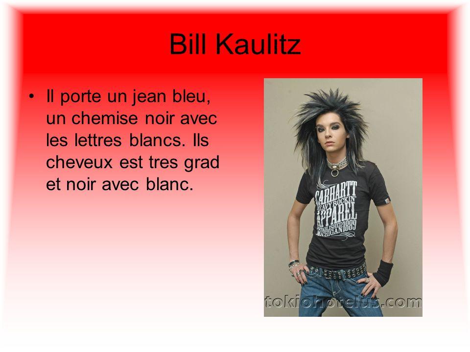 Bill Kaulitz Il porte un jean bleu, un chemise noir avec les lettres blancs.