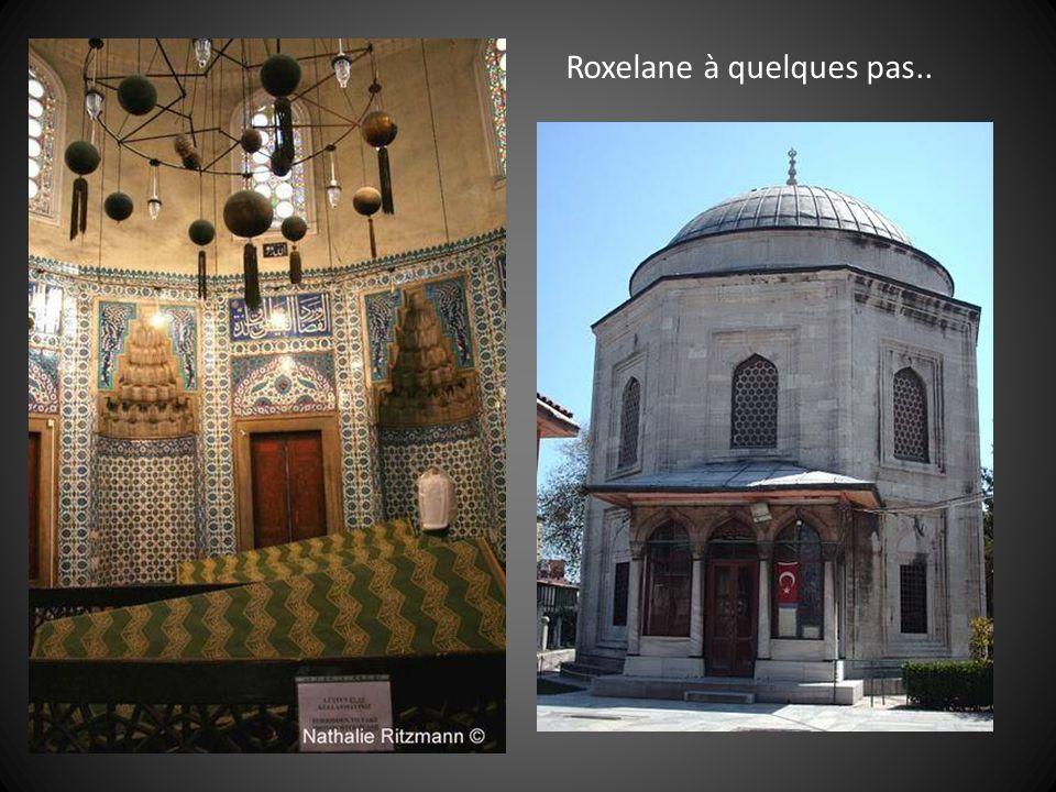 Quant à Soliman, il repose non loin de Roxelane à Istambul dans le jardin de la mosquée Sulleymaniye, voulue par celle-ci.