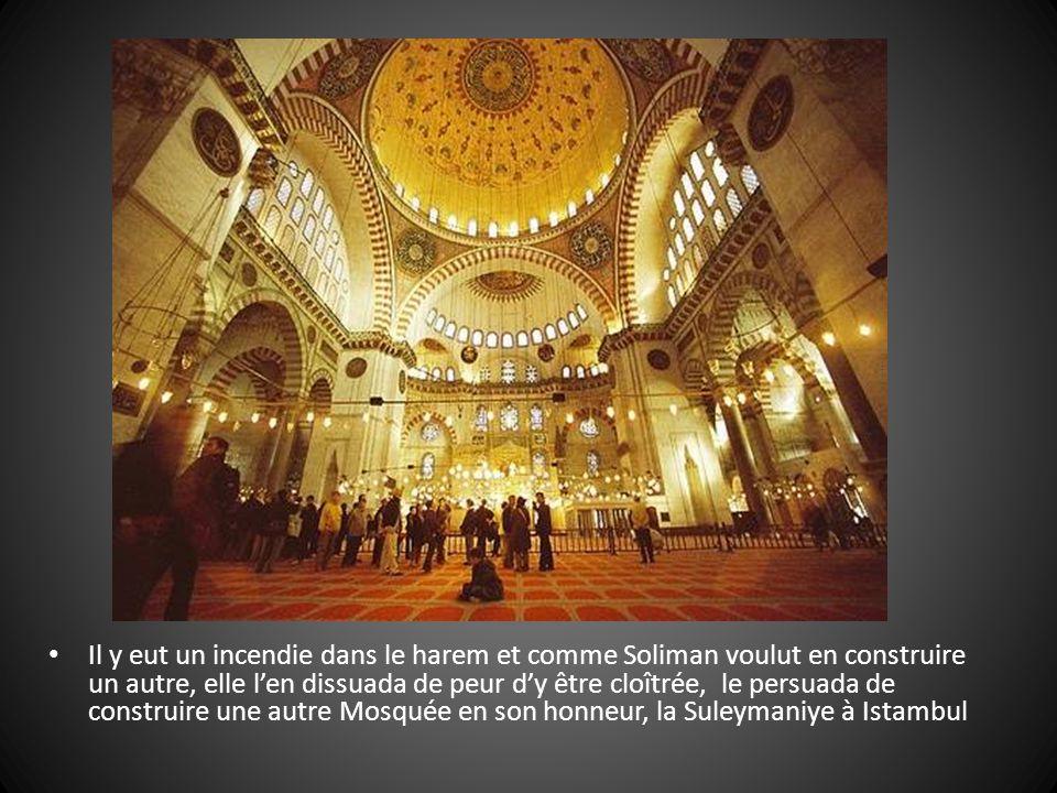 Il y eut un incendie dans le harem et comme Soliman voulut en construire un autre, elle l'en dissuada de peur d'y être cloîtrée, le persuada de construire une autre Mosquée en son honneur, la Suleymaniye à Istambul