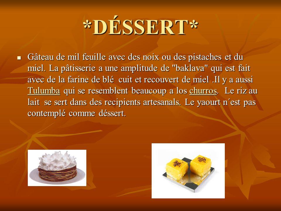 *DÉSSERT* Gâteau de mil feuille avec des noix ou des pistaches et du miel. La pâtisserie a une amplitude de
