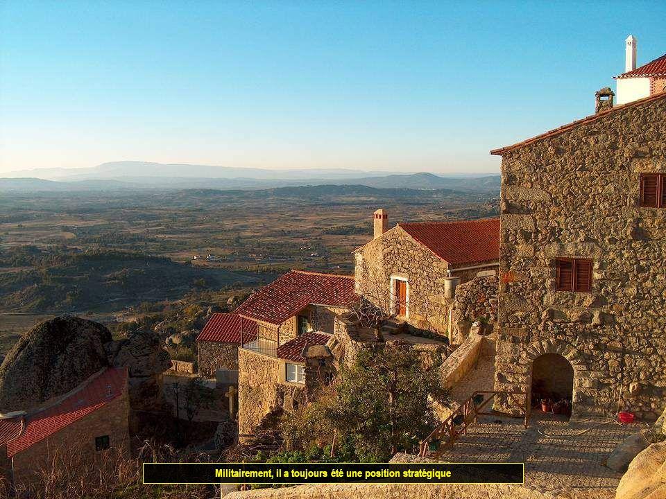 UN DES VILLAGES HISTORIQUES DU PORTUGAL Le village est situé à 760 m d'altitude