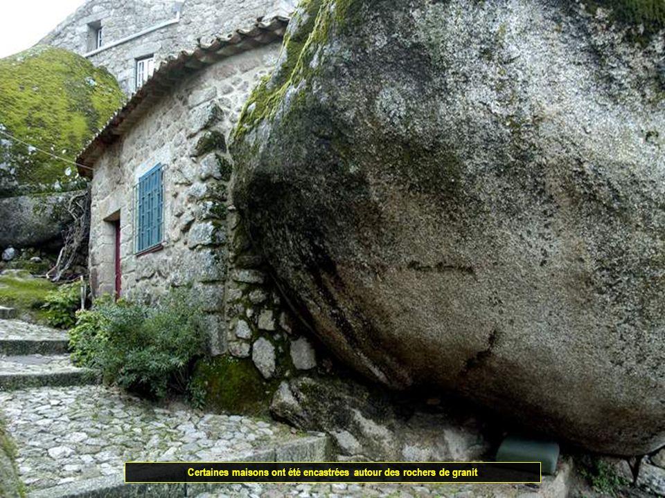 Le village a été harmonieusement construit en pierres de granit