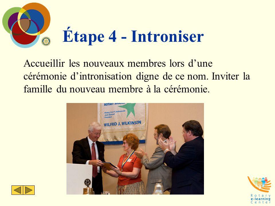 Étape 4 - Introniser Accueillir les nouveaux membres lors d'une cérémonie d'intronisation digne de ce nom. Inviter la famille du nouveau membre à la c