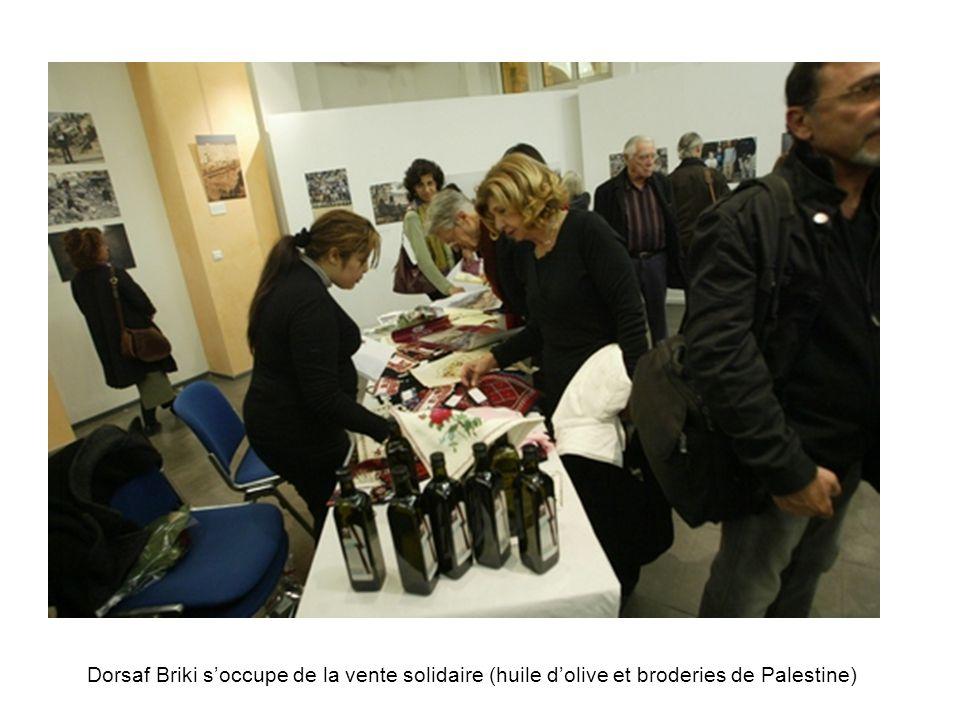 Dorsaf Briki s'occupe de la vente solidaire (huile d'olive et broderies de Palestine)