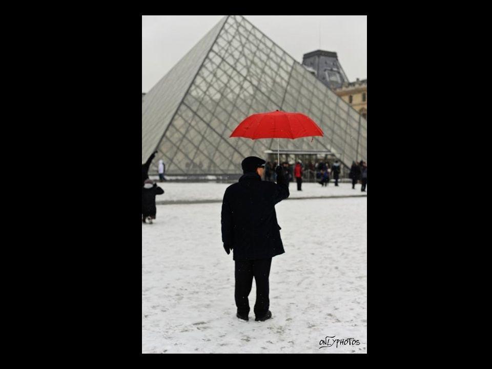 La statue Charles de Gaulle recouverte de neige..
